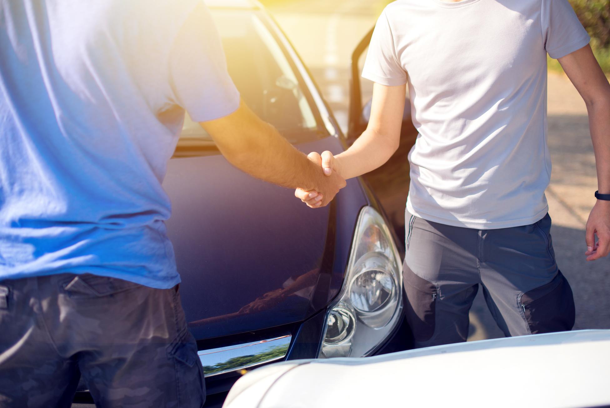099238778-handshake-between-drivers-afte